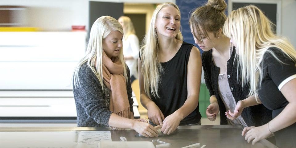Tre studerende ved et bord