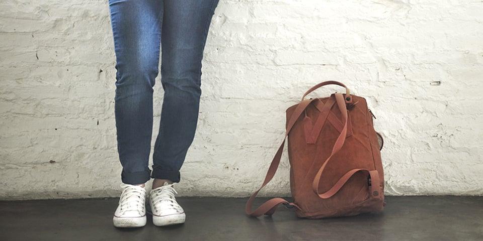 fødder og skoletaske
