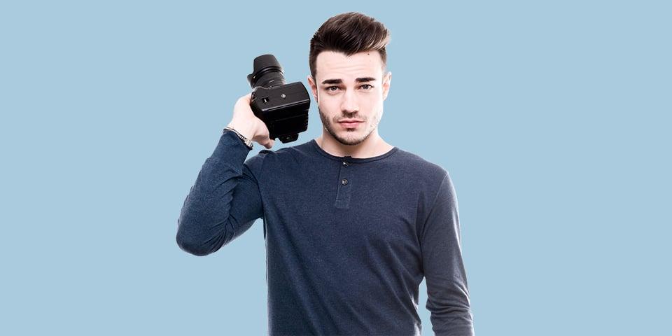 ung mand med et kamera i hånden