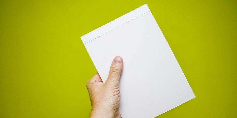 menneske med papir i hånden