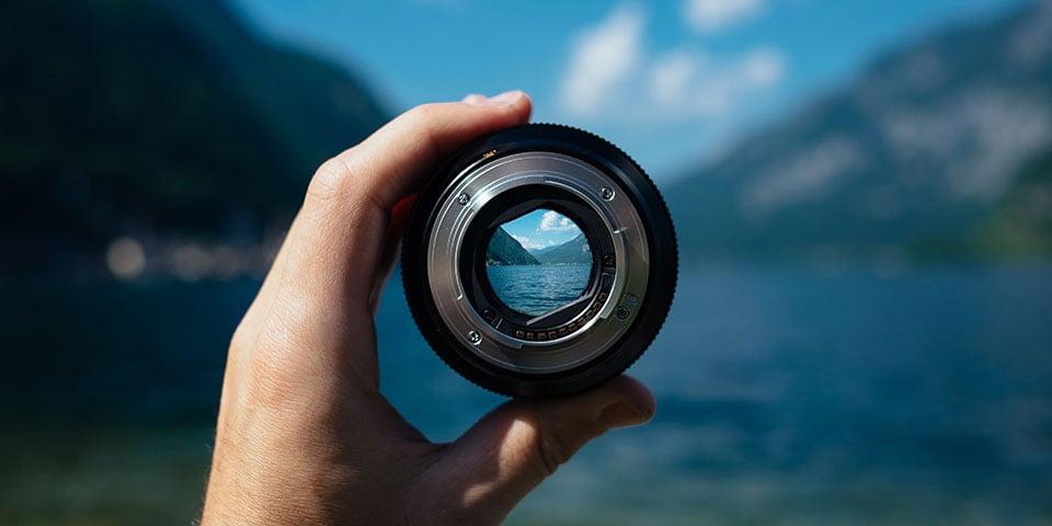 En fjord set gennem et kameraobjektiv
