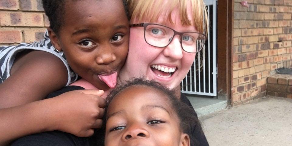Simone leger med afrikanske børn